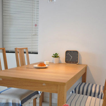 餐厅。宜家买的橡木餐桌椅,3200米,装修前就看好的。椅子上的垫布本来是厨房用巾,放在这里也挺好的,而且每张椅子都显得不一样~~~挂钟来不及钉上去就摆在桌子上了。