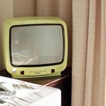 哈哈 很复古的小电视 好不容易才淘到的~