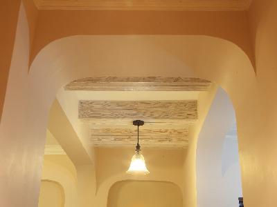 冷、暖色调的灯光组合 配上象牙色墙漆。空间虽小,却不失温馨