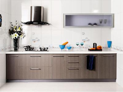 亮堂堂的厨房,色调让人眼前一亮。老婆尤其喜欢这种色彩斑斓的空间,又很通透,干净也耐看。是我跟老婆在东鹏陶瓷专卖店挑的瓷砖,漂亮吧。