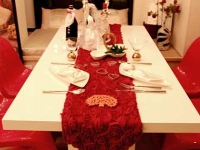 换个角度看餐厅,桌面的摆设十分精致。