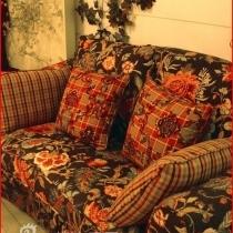 再补张书房的沙发。自己好喜欢哦!典型的复古祖母沙发。可惜是出口的,已经断销,当时只有样品了,结果还是把样品盘回家了!在买的地方照的