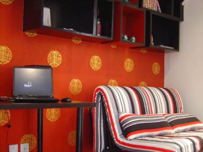 书房登场!!!哈哈,看书橱,灵伐,书房兼做客房,所以是折叠沙发。(书橱上放的绿色瓷器是我娘的嫁妆啊,哈哈)