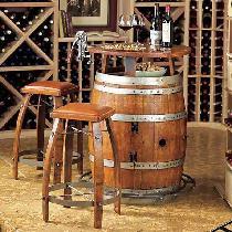 将橡木桶作为吧台置于室内,别有一番风味。再加上几把美式诺纳斯系列吧台凳,浓浓的西部牛仔风情占据着整个空间。简单而又经典的家具,每一根线条,每一处比例都历经岁月年华的考验,散发出最正宗的美国西部牛仔的味道,硬朗又柔情。就好像来到了美式小酒馆,慢慢的,慢慢的就醉了。
