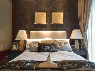 卧室中式设计,墙面灰褐色花纹壁纸,与整体的空间明线很搭,显得很有气质