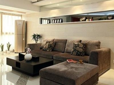 沙发的特写,整个客厅是不规则的布置,连天花板也是这样