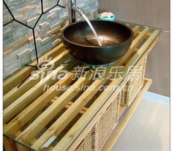 黑色古朴的台盆,松木结实的框架,粗旷凹凸的砖墙......餐厅洗手池,在不经意间流露出一种慵懒随意的生活态度