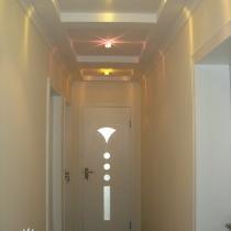 通往卧室的走廊,本来想采用巴洛克式吊灯,但高度太低,放弃了。