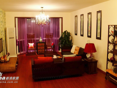 客厅全景,墙面选用的是象牙色里加一点点咖啡色的颜色