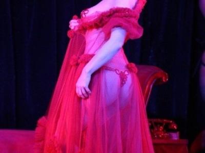 蒂塔·万提斯,一位高贵、祥和、娴雅与性感完美统一的女人,她闪亮的双眸和微微上翘的嘴唇透着知性美,她的蛋形脸和柳叶眉透着古典美,她阳光般灿烂的微笑令人无法阻挡。