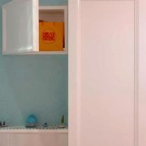马桶上方暗藏了一个柜体,柜门上打算安装铁艺画装饰,但一直寻觅不到中意的,索性先留白。这样看起来像是一个画框,也给人留下些许想象的空间