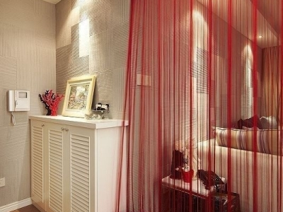陶瓷发财树摆设+婆婆绣的十字绣+硅藻泥墙面+大红的换鞋凳,鞋柜的百叶门是外订的,很漂亮,对得起它的价格,红色的线帘,大爱