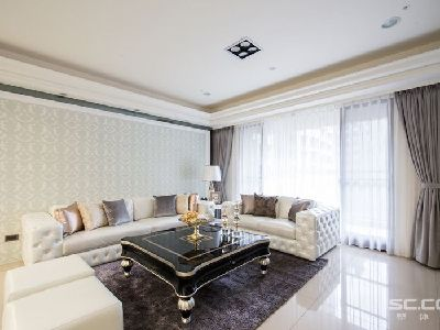 客厅设计: 为空间注入的华美风格,以进口的花纹壁纸搭配镜面框架,铺陈客厅的尊贵氛围。