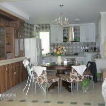 与客厅相连的开放式厨房和餐厅