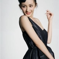秦岚男友陆川的新电影《王的盛宴》在北京开机时,杨幂以主演之姿出席开机仪式