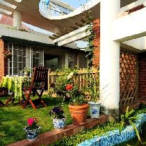 田园风格阳台。英国的田园风光是英国人引以为傲的风景,伦敦奥运会开场展示的场景就是传统英国田园的休闲生活。都市的小家,当然不能缺少生机勃勃的绿意,给自己一片自由种植的小花园,一个陶冶身心的场所。