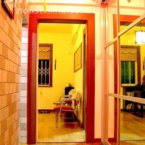 走廊的另一头是书房,走廊右边的玻璃门里面是放杂物的一排壁柜