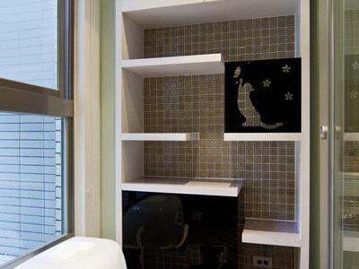 通透的玻璃拉门,让光线得以流洩至书房,保持空间好採光,一旁还用雷射雕刻出猫咪剪影,增添童趣。