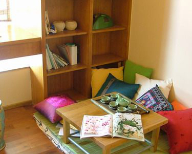 暂时书房,席地而坐,两年后就成了宝宝房了