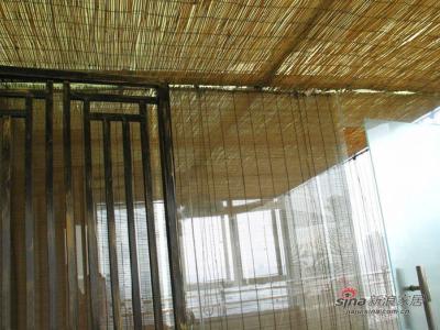 左边是阳光房,挂满了竹帘
