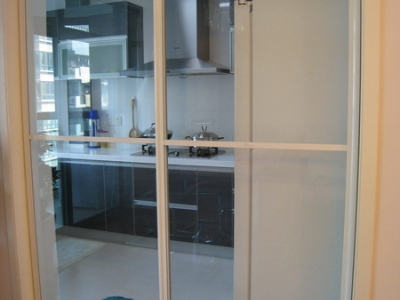 我的厨房,没有作成敞开式,用了玻璃移门