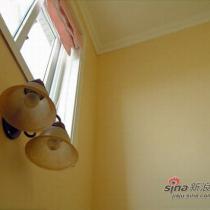 楼梯间,摒弃了巨大的吊灯,改成了壁灯