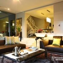 一个人的居家生活,格外的宁静,低调。开阔的前厅,低调描述着他想要的色彩