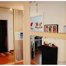 门厅:一进门右手边的大镜子是为了起到遮盖电箱而设计制作的.镜子四边用的是广告钉,根据需要,随时可拆卸