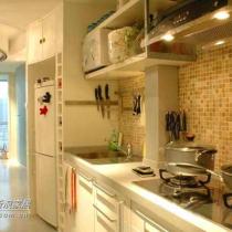 设计师将入口以及厨房空间做了改进,新增了衣帽柜并且延伸了橱柜台面。形式上衔接得自然而顺畅,功能上也考虑得很周全;电饭煲、微波炉等厨房电器也有了各自的归位。色彩上与室内整体的感觉对比而和谐着。墙面采用的是石材马赛克,散发着自然的质感以及深浅不一的色泽