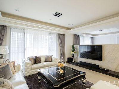 客厅设计: 以天然大理石作为短墙,在视线上连结了客厅与游戏房,打造宽敞且明亮的公共空间。
