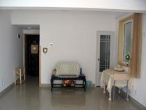 客厅和卧室比较特殊,是一个大的开间,根据需要自由分隔。有很多家是中间做了推拉门或是柜子,这样虽然说私密性加强了,但采光却比较暗。有些是做了一半的隔档,这样采光能好些,但看起来还是无形中房间小了很多。所