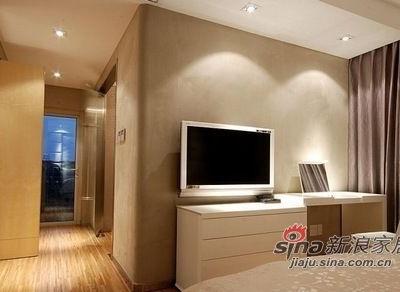 主卧里的家具也都是以浅咔色为主的。