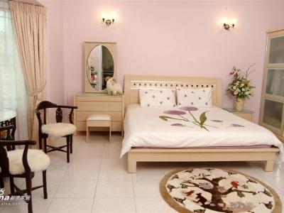 粉红色的主人房和澳洲的羊毛地毯,简单、温馨