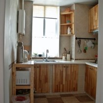 还是厨房,地上是用客厅同一系列的砖铺的格子
