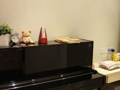 原来是个套间,后来将女儿房的卫生间打通填平,刚好放钢琴和一张小书桌,小孩子就有了一个属于自己的天地!
