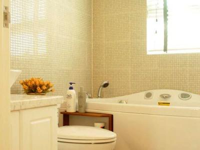 二楼的洗手间,白色的木质百叶窗是我最喜欢的~可惜没照出来