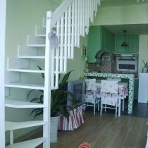 因为房间的宽度只有3.8米,要在客厅装个什么样的楼梯一直是我最头疼的问题。既要考虑到实用性,也要节省空间,当然也要美观