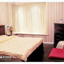 上卧室了。刺激眼球的东东又来了~~粉红色夹银灰色的条纹壁布,贴满整个房间。据说卧室颜色暗一些有助睡眠^_^