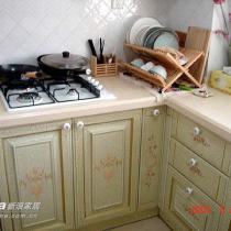 我最爱的厨房,照片总算有了~超级喜欢这个橱柜,裂纹漆,号称是手绘的图案,不知真的假的~