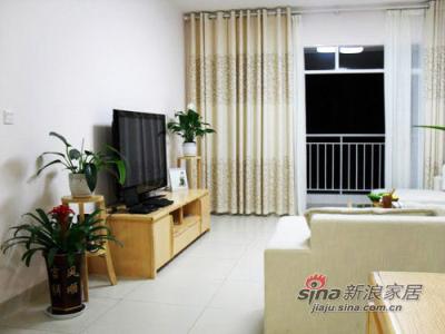 电视柜十分简单,但房主巧妙地运用绿色植物来填补背景的空白。