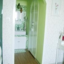 拱形的走廊和纯白的衣柜拱门,以及走廊尽头窗型的梳妆镜是家里的另一道风景