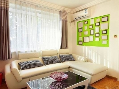 来到客厅了,家里有很多的色彩,照片墙是绿色的,看着很清爽吧