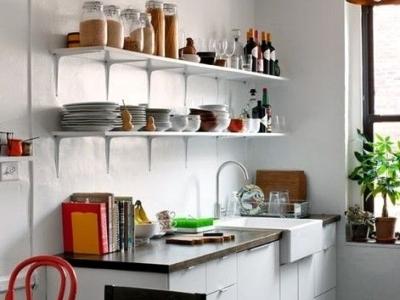 这样简约的厨房不适合夸张的展示性收纳,小小的搁架设计很合理。