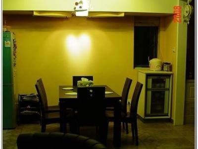 晚上的餐厅,黄黄的灯光很温暖~~旁边那鱼灯是俺们LG设计滴