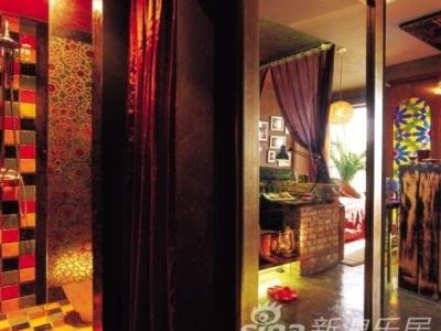 卫生间:材料质感丰富的卫生间,有一扇大镜子做为推拉门,真是一个实用又讨巧的设计方式;