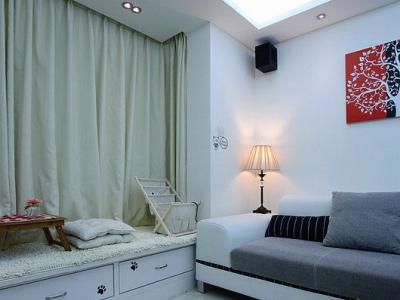 客厅飘窗一角,角落里的台灯已经打开