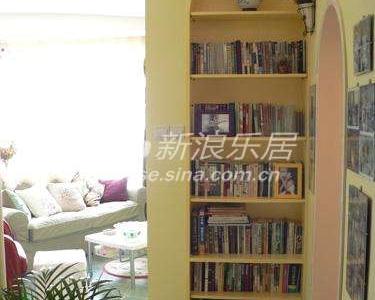 电视墙的侧面,既是悬关又是书柜。