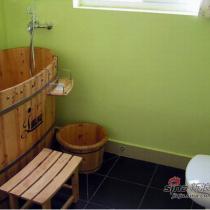因为距离太短,无法放下普通的浴缸,就只有买了木桶,用过一次以后才知道,这东西真的很爽
