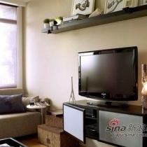 在客厅狭小的情况下,小尺寸的家具更能合理利用每一寸空间。这款矮柜单元内部带有分层的储物空间,物品可以分门别类收纳起来。上面搭配挂墙安装的木质搁架,除了放置杂志书籍、CD盘片等,还能起到一定的装饰作用。