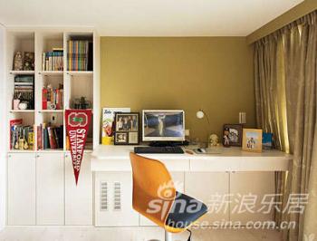架高地板的书房空间,以白色为基调的桌桌柜体,搭配大片玻璃窗景,增添无限舒适感